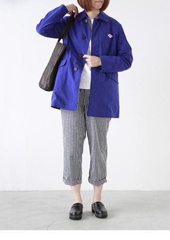 ナイロンタフタ素材のミディアム丈コート。 気持ち少し長めなのでカジュアルになり過ぎず着こなせます。 動きやすさと着まわしやすさで旅行やレジャーにも◎。