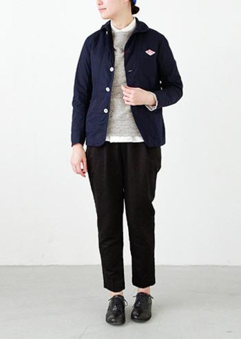 こちらは色違いのネイビー。 ダークなネイビーカラーはカジュアル感が控えめになるので、 テーパードパンツを合わせればジャケットスタイル風に落ち着いた印象になります。