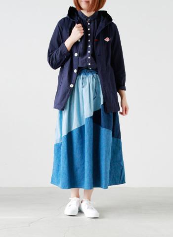 こちらは色違いのネイビー。 デザイン性のあるスカートも難なく合わせられます。
