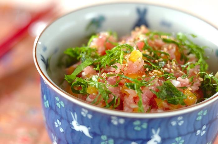 日本人なら大好きなたくあんとマグロ、大葉を組み合わせた美味しい丼です。優しいピンクに黄色、鮮やかなグリーンと目にも美しい丼なので、ホームパーティーの締めにお出しするのもいいですね。
