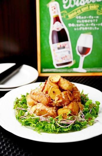 加熱したマグロはお肉のような食感になって、食べ応えが出るのでメインのお料理に持ってくるのもいいものです。たっぷりのにんにくチップを添えるとワインのお供にもよく合います。