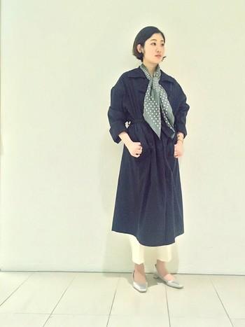 あえて柄を大きく見せる巻き方で、大人っぽく華やかな印象に。 歩くとスカーフがたなびいて、さわやかな春先にぴったりです。