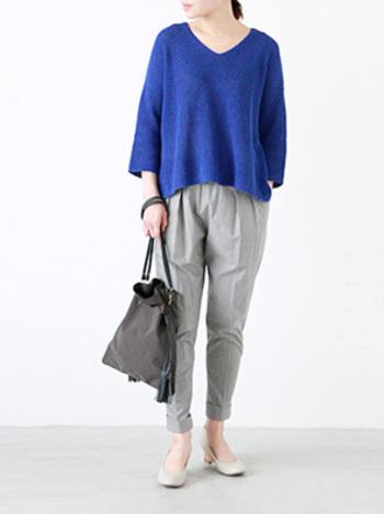 ラウンド型に近いやわらかいVネックのセーター。シルエットにリラックス感があるものを選ぶのもポイントです。