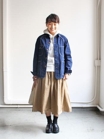 Gジャンよりもゆるっと着られるデニムジャケットも人気です。フードを出してスカートを合わせれば、女の子らしい元気なカジュアルスタイルになりますね♪