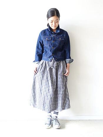 """ギンガムチェックのスカートを合わせれば、ふんわりとした少女スタイルに♪袖を折り返したり、襟を立てることで""""こなれ感""""のある素敵な着こなしになっていますね。"""