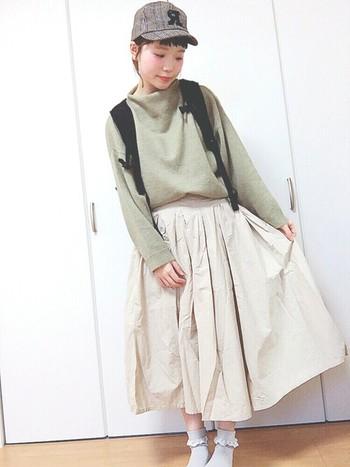 アクセントになるチェックのキャップがとってもかわいらしいですね。フワッとしたロングスカートが女の子らしい印象にしてくれます。リュックでキャップとのバランスもバッチリ。