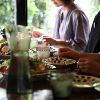 """ホームパーティーや、お客様をお招きする機会が多い春。招かれるのはうれしいけれど、""""招く側""""になると、準備が大変で気が重くなってしまう…なんてことも。 でも、気負わなくても大丈夫!テーブルウェアにこだわれば、食卓が賑やかに華やぎ、ちょっとした料理も特別なものに見えちゃいますよ♪ 早速、素敵なテーブルウェアをご紹介します。"""