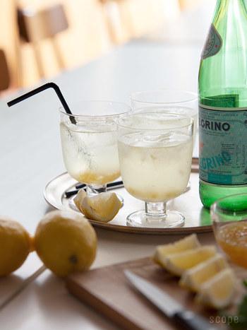シンプルなグラスに短いステム(脚)が付いた可愛いグラス。ワインやビール、ジュースなど、どんな飲み物を入れても気分が上がりますよ。 重ねて収納できるので、キッチンスペースの節約にもなって◎。