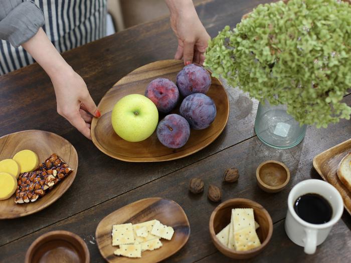アカシアの木をくり抜いて作られた、ナチュラルな木の器。大きいサイズはフルーツを盛って華やかに、小さいサイズは小菓子を入れてコーヒーのお供に。天然木のぬくもりがやさしく、食卓にほっとくつろぎの時間を与えてくれます。陶磁器との相性もいいので、おうちカフェにもぴったりです。