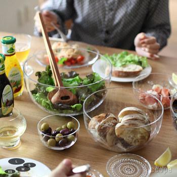 ごくシンプルなまあるいガラスボウルは、中に入れた料理がきれいに見え、いつものサラダもまるでレストランのような雰囲気に。サラダ以外にも、さまざまな料理を入れてみて。何だかとっても上質に見えてきますよ。夏は氷を浮かべて、冷たい素麺を食べたくなること必至です。