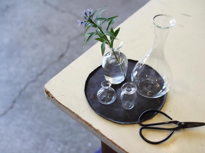 まずはテーブルの上にちょっとしたお花を飾りましょう。これから始まる楽しいパーティーを予感させ、ゲストのわくわく感を高めてくれます。季節感を取り入れれば、さらに気分が盛り上がります。 極薄ガラスで作られた繊細な花瓶なら、野で摘んだような小さいお花も素敵に引き立ててくれますよ。