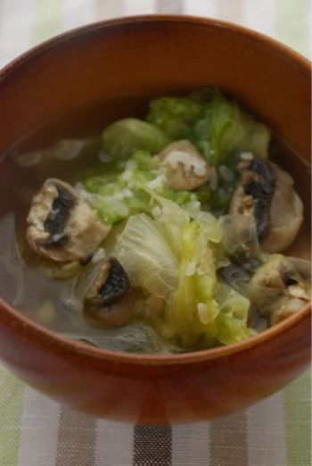 レタスを1/2使ったあっさり美味しいスープ。レタスのシャキシャキ感がたまりません。話題の塩麹は塩感覚で使いましょう。マッシュルームの変わりに舞茸なども美味しそう。