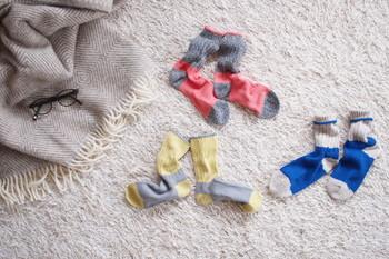 """関西で50年以上靴下を作り続ける、ベテラン職人さんとともに作られた""""ざっくり編みくつした""""。日本国内にはほとんどなくなってしまった、ローゲージの古い靴下編機によって編まれています。"""