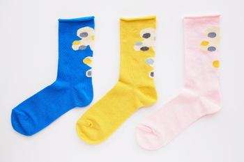 グラフィックデザイナーのセキユリヲさんが主宰する「salvia(サルビア)」の靴下たちは、お洋服のように大切に使っていきたくなるデザインのものばかり。デザインがかわいいだけでなく履き心地も抜群なので、色違いや柄違いで何枚も揃えたくなってしまう靴下です。