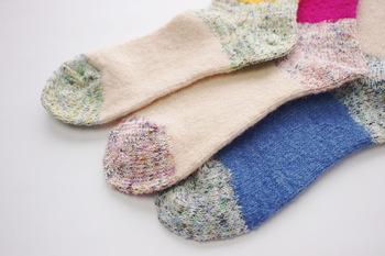 起毛加工が施された混紡糸により空気の層ができるので、あたたかく、そしてやさしい肌触り。ナイロンを使用することで、丈夫な作りになっています。