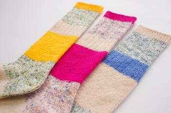 編み目に余裕があるので足の形に添い、でもゆったりとした履き心地。重ね履きの際、上に履いても締め付けを感じません。