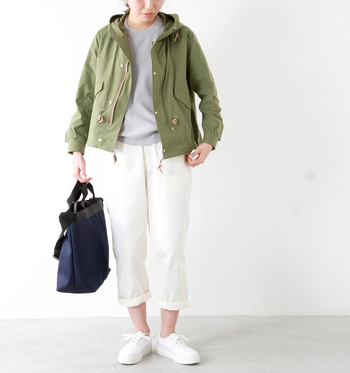 冒頭でご紹介した「ナイロンオックスフードコート」のショート丈バージョン。モッズコート風デザインでかっこよく着こなせます。