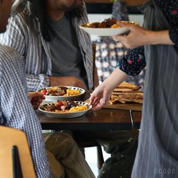 ホームパーティーに似合う素敵なテーブルウェアをご紹介しました。 お手持ちの食器にひとつ加えるだけで、いつもの食卓が華やかになるものばかり。あれもこれもと欲張って手の込んだ演出をしなくても、テーブルウェアを変えるだけで特別になるなんて、とっても簡単だと思いませんか? 記事を参考に素敵なホームパーティーを開いて、お客様と楽しい時間をお過ごしくださいね!