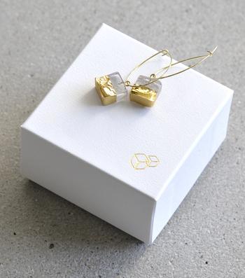 ■sorte│ガラス×ゴールドフープピアス  ガラスに金彩を施したモチーフが美しいフープピアスは、工房で一点一点手作業で制作されています。棒状のガラスを金太郎飴のようにカットし、断面はあえてラフな形をそのまま残しているため、ひとつひとつ微妙に形が異なります。