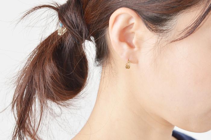 身に着けると肌に溶けていくようになじみ、4粒の小さなダイヤモンドが耳元で小さくきらりと光ります。甘さ控えめで洗練されたデザインは、着る服を選びません。普段使いはもちろん、ちょっとしたフォーマルシーンにもおすすめです。
