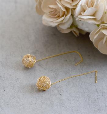 ■tangled│糸屑ピアス(ドロップ)   裁縫をした後に散らばっている丸い糸屑。絡まり、丸まり、気がつけば服にまで付いて…。そんな何気ない日常の発見から生まれた、ユニークで楽しいピアスです。
