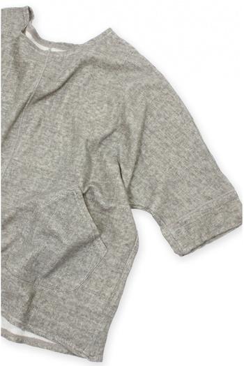 コットンリネンの接結(セッケツ)ジャージ素材のプルオーバー。二重織り組織の接結素材は、空気を含んだように柔らかくソフトな着心地が楽しめます。