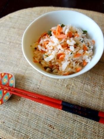 鮭とわかめの磯の香りを炒りごまが引き立ててくれる、優しいお味の混ぜごはんです。