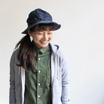 じっくり味わいながら着用してもらいたい、と、ニューベーシックをコンセプトにするorslow(オアスロウ)の帽子。デニムにすると、コーデが楽ですね。気軽にかぶってどこにでもお出かけできる雰囲気がうれしいです。洗うこともできるので、洗っていくうちに表情が変化していくのを楽しむのもいいですね。