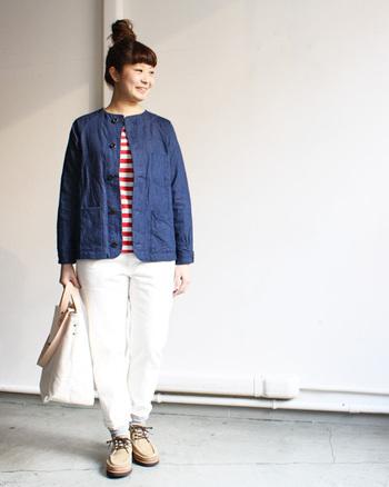 ノーカラーのデニム地のジャケットで、たいていのアイテムとうまく合わせることができます。程良い厚みなのでアウターにもインナーにも着られるのがうれしい一枚。カーディガン感覚で着るのもいいですね。