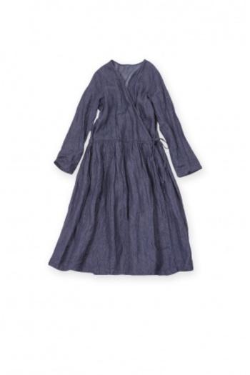 ワンピースもデニムだと気軽に取り入れられるラクチンアイテムです。これさえあれば、コーデを悩むことなく決めることができます。切替からたっぷりギャザーの入っているかわいいカシュクールワンピースです。軽く羽織ってローブコート風に着るのもいいですね。