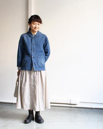 シンプルなネイビーデニムジャケットです。襟元が特徴的なショールカラーになっていてデニムながらも、ちょっとフェミニンさも感じさせる一枚です。