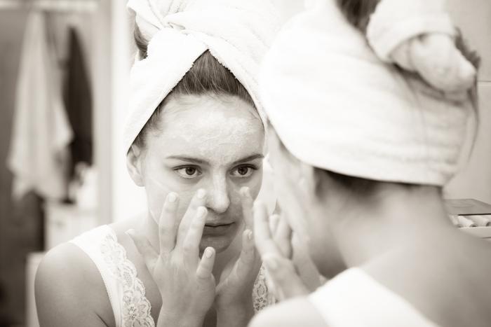 若い頃は保湿を頑張り過ぎなくても、プルプルのお肌だったはずが、洗顔後につっぱったり、夕方のメイク崩れがひどかったりと、最近はすぐに乾燥してしまう……。生活習慣や加齢による体内環境の変化によって低下していく皮ふ表面のバリア力や保湿力。さらに、皮膚の薄いところは特に乾燥しやすく、シワの原因にもなってしまうんです。