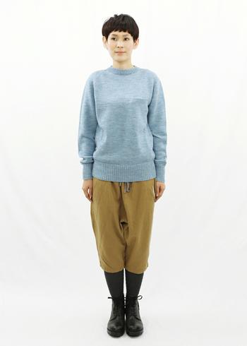 丈が短いイージーパンツは、タイツと合わせれば冬にも活躍してくれます。水色のニットが鮮やかで、冬でも明るい印象に。