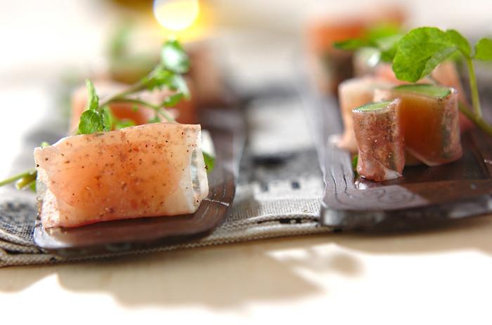 塩気のある生ハムで、みずみずしいきゅうりや長芋を巻いた食べやすい一口サラダ。