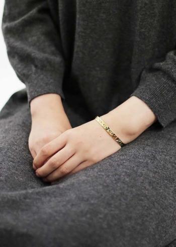 だからこそ、おでかけをする時に取り入れたいのは、手の周りのアクセサリー。毎日忙しい「手」を着飾って出かけましょう。今回は、指輪・バングル・ブレスレットを取り入れたコーディネートをご紹介いします。