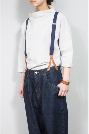 少し太めのレザーバングル。ナチュラルなファッションにも似合います。レザーは使うほど味が出るので、大事に使っていきたいアイテムです。