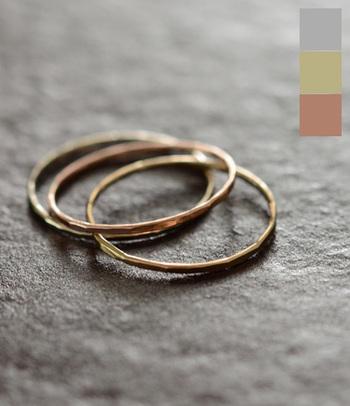 Melissa Joy Manning(メリッサ・ジョイ・マニング)の、とても華奢なゴールドのリング。ピンキーリングとして使用すると、手の美しさが際立ちますね。