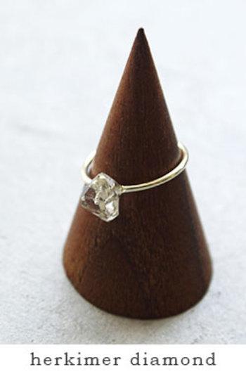 クリアな天然石のリング。ダイヤモンドのように美しいハーキマーダイヤモンドだと、どんな服装でもさりげなく上品に決まります。