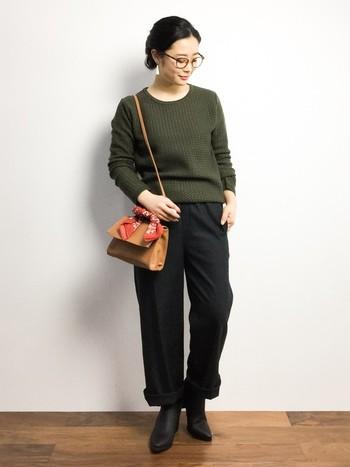 イージーパンツの裾をまくって、ブーツをちら見せした秋らしさを感じるコーデ。カーキと黒の組み合わせが、大人っぽい印象を与えます。バッグにバンダナをつけてアクセントに♪