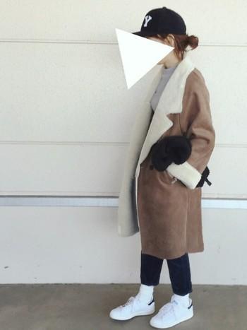 キャメルのコートは今年の流行ですね。キャップを合わせるならパンツと同じ色にすると統一感が出ます。