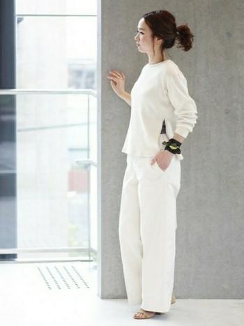 アクセサリーで飾り立てないシンプルなホワイトコーデには、シックなブラック系スカーフが◎