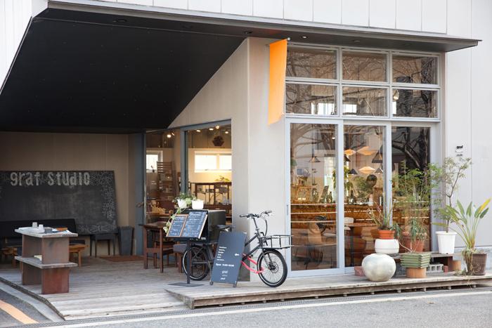 グラフスタジオの1階はショップとカフェが併設されたスペース。2階はデザインオフィスになっています