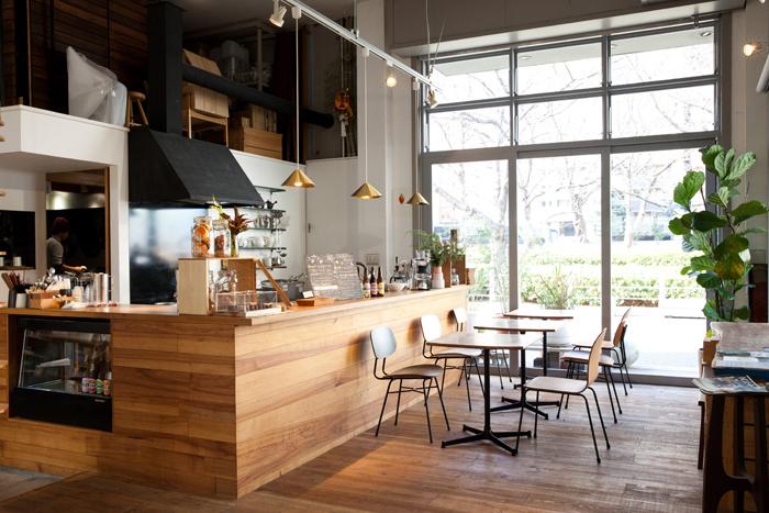 スタジオを入って右手に設けられているカフェスペース。大きな窓から射す日差しが気持いい空間です