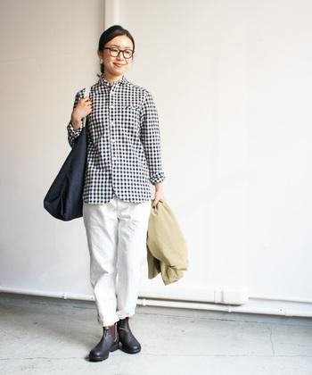 ギンガムチェックのシャツと同系色で揃えたコーデ。アウターのベージュが優しさをプラスしてくれていますね。