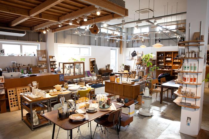 ショップではオリジナル家具やプロダクトを中心に、活動を通じて出会った方々の商品やグローサリーなども置かれています