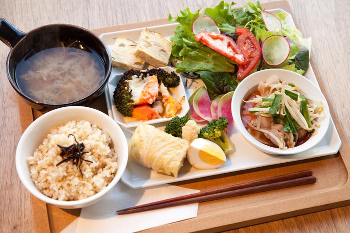 こだわりの素材と有機野菜がふんだんに使われた人気の日替わり定食。ボリュームたっぷりなのにヘルシーなのが嬉しいですね
