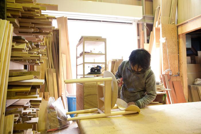 グラフの家具はこのラボで職人さん達の手仕事によって生み出されています。組み立てから塗装まで、全ての作業を一貫してこの場所で行っているのだそう
