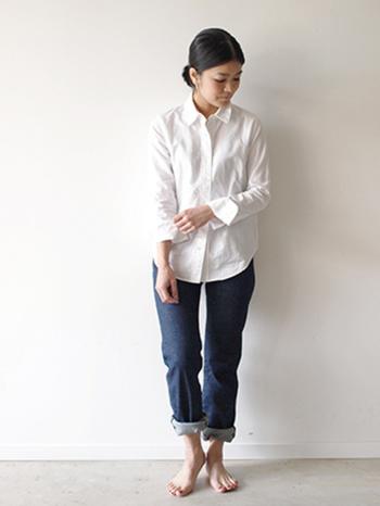 白×デニムは爽やかさが際立つコーデです。細目に2~3回折り返して足首を見せると女らしさのあるデニムスタイルになりますね。