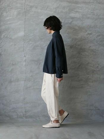 大人デニムコーデのお手本のようなシルエットですね。全体的にゆるっとしているのに、どこか知的で女性らしい着こなしは参考にしたいですね。