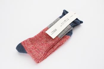 編み上がりのままのふんわりとした風合いを感じられる靴下は、洗うとよりやわらかな風合いになっていきます。